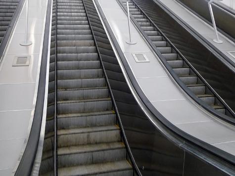 Пассажиров метро столкнули с эскалатора