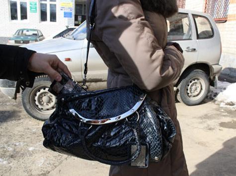 """Как стало известно  """"МК """", неизвестный отобрал у замглавы дамскую сумочку, когда она находилась на 1-й Дубровской улице..."""