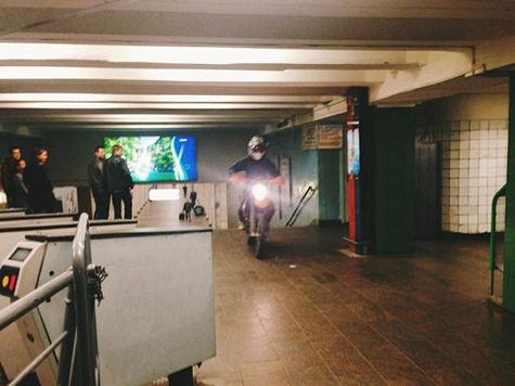 Мотоциклист проехался на байке по платформе метро