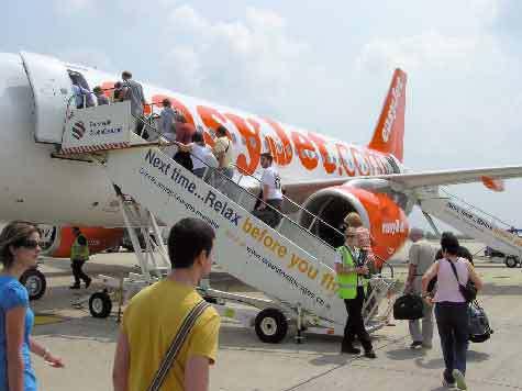 Физики утверждают, что авиакомпании не правильно сажают пассажиров на борт самолета