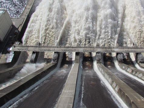 Плотина сдержала шестиметровую волну