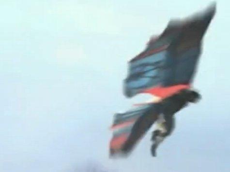 Человек оторвался от земли, хлопая огромными крыльями