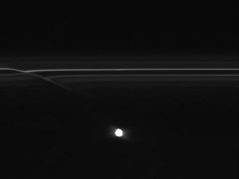 Возле колец Сатурна замечены НЛО