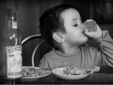 Мать кормила малышку водкой и пивом