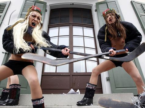 Активистки FEMEN топлес сыграли в хоккей