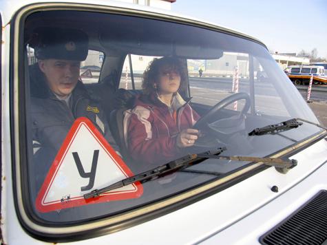Будущих водителей заставляли платить за государство