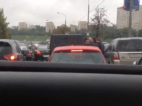 «Кортеж из 90-х» подрезал иномарку и избил ее водителя в центре Москвы