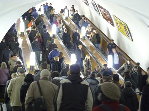 Мужчину отправили под суд за падение на эскалаторе