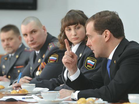 Медведев одобрил новую форму полицейских