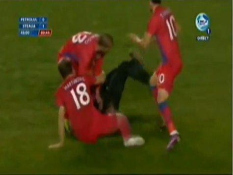 Настоящая война на румынском стадионе - футболисты дерутся с болельщиками