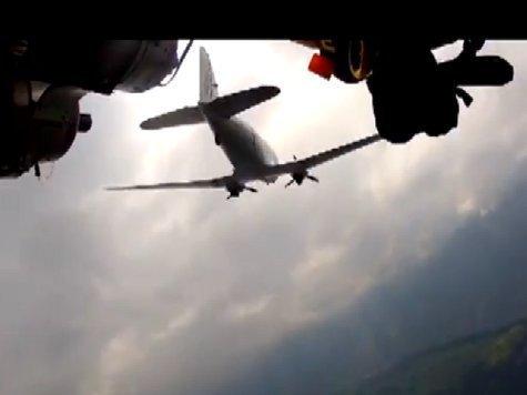 Летающий швейцарец сопроводил пассажирский самолет. ВИДЕО