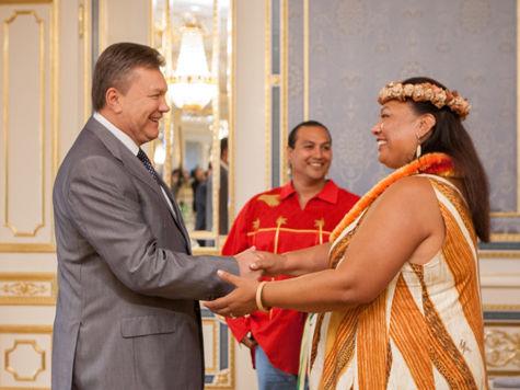 Янукович принял американских индейцев