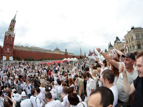 Москвичей зовут на Красную площадь во всем белом