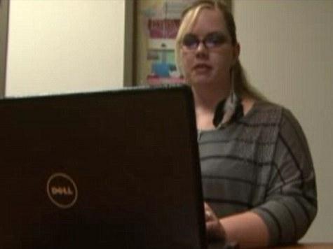 Фото коллеги с приспущенными штанами в Facebook лишило женщину работы в школе