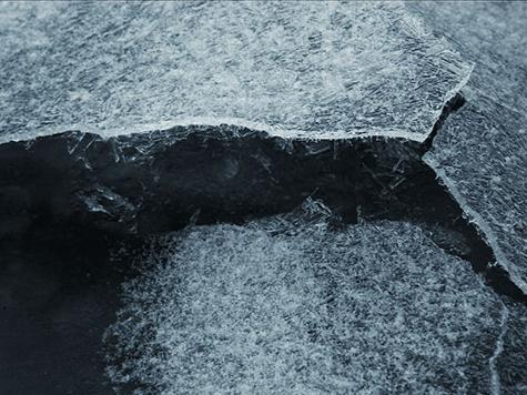 Москвич провалился под лед вместе с санками