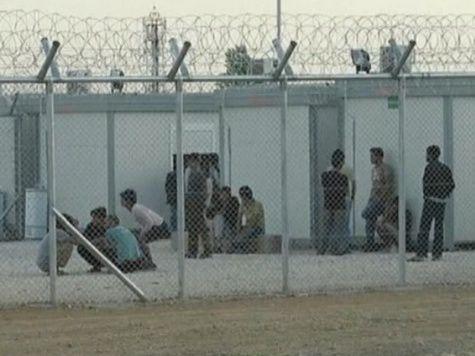 Мигранты спалили лагерь и напали на охрану