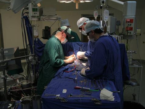 Военные врачи посмотрели на опухоль сквозь пальцы