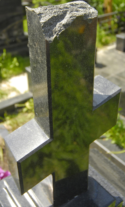 Вандал поставил на себе крест с могилы