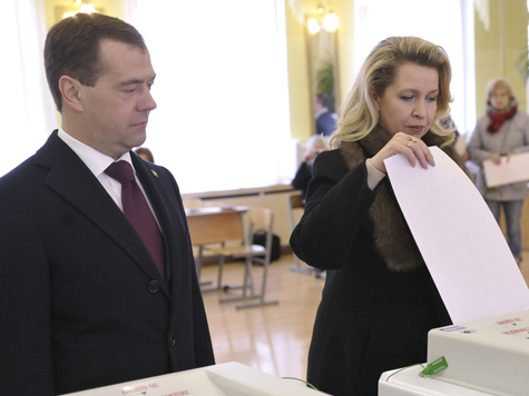 Медведев проголосовал с супругой в московской школе