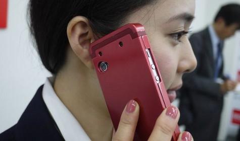 Японцы усовершенствовали сотовый, использовав принцип «проводимости ушного хряща»