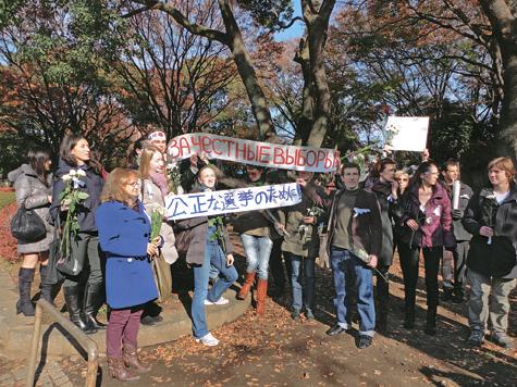 В Токио протестовали парами