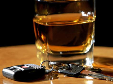 Пьяный тюремщик взял в заложники таджика, чтобы заправить машину