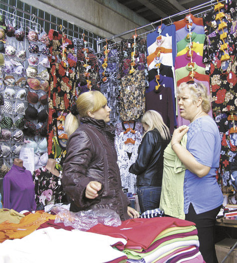 Девушка на рынку меряет трусики фото 696-220