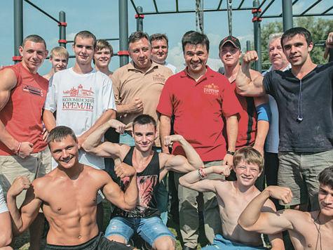 Спортсмены встали в живую цепь у Коломенского кремля