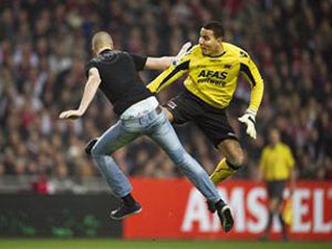 Скандал в Голландии - вратарь избил болельщика