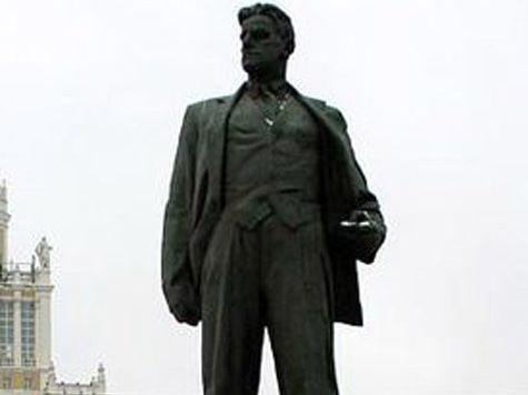 Памятник Маяковскому в день его 120-летия не узнали 18% опрошенных