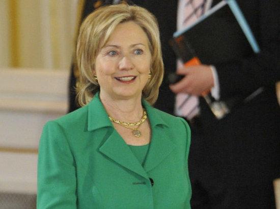 В Хиллари Клинтон швырнули ботинок