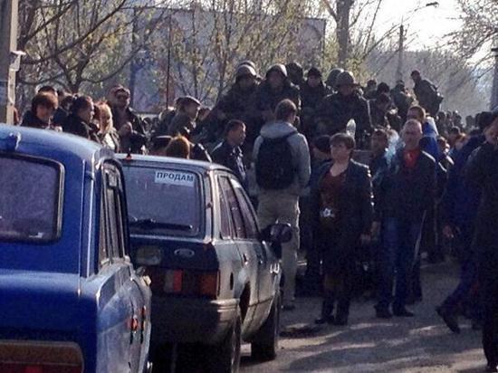 Украинский Краматорск готовится к осаде, народ стекается на баррикады