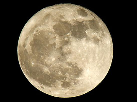 Луна демонстрирует Земле свой живот