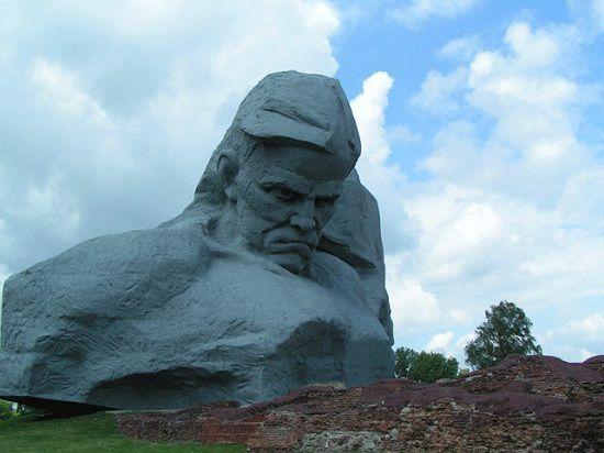 Признание монумента «Мужество» одним из самых уродливых памятников вызвало международный скандал