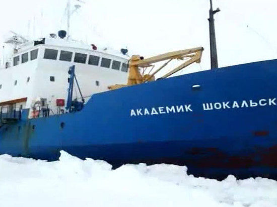 Пассажиров «Академика Шокальского» эвакуируют вертолетом