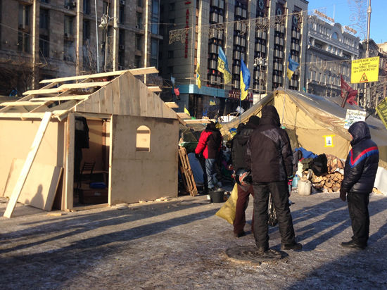 На Майдане построили хату, а «Национальная гвардия» дала колдовскую клятву