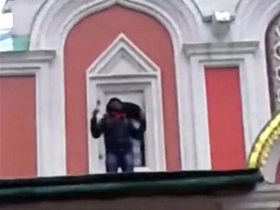 В канун Рождества мусульманин устроил проповедь на крыше собора на Красной площади