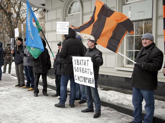 Российское военно-историческое общество провело пикет у посольства Польши в защиту монумента в честь советского военачальника