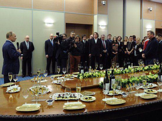 Путин выпил шампанского с участниками церемонии открытия Олимпиады