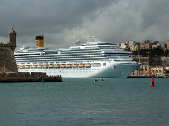 Капитан Франческо Скеттино возвращается на борт погибшего лайнера Costa Concordia