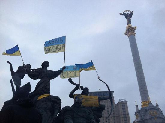 Янукович сбежал от журналистов через черный ход