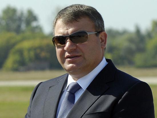 Сердюкова обвинили в халатности и отпустили