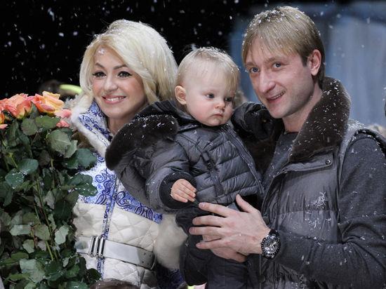 Плющенко и Рудковская вывели сына на подиум