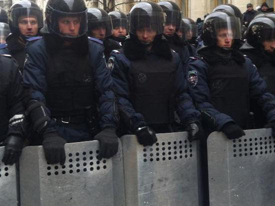 Спецназ МВД в столице Крыма сдаваться не намерен