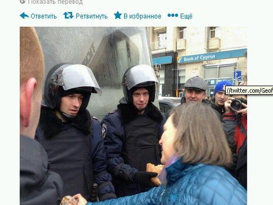 Замгоссекретаря США раздала митингующим на Майдане хлеб и печенье