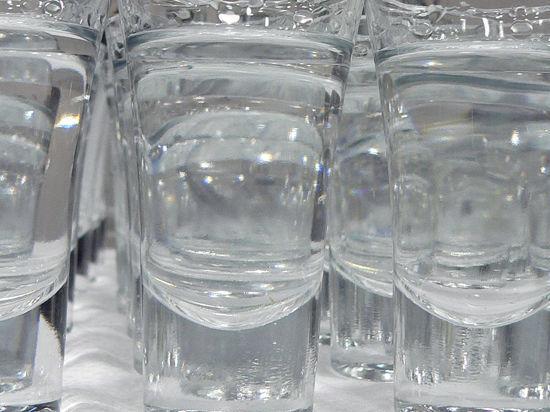 В окрестностях поселка, где отравились алкоголем 14 человек, запретили продажу спиртного