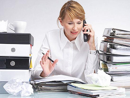 Минтруд вступился за секретарш, которые носят кофе