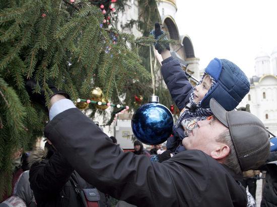 «МК» нарядил кремлевскую елку вместе с детьми-сиротами