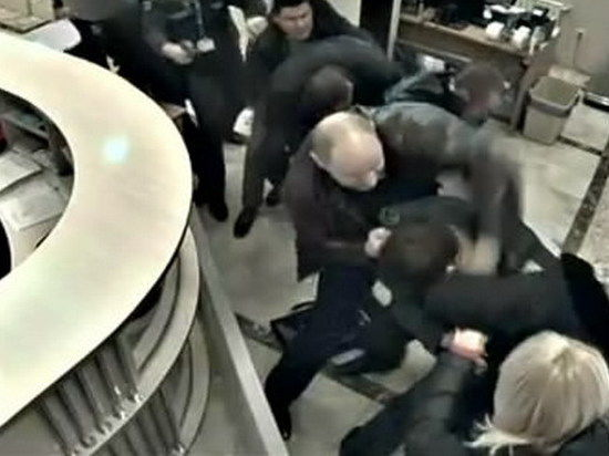 Появилось видео бегства Пшонки из аэропорта Донецка. Смерть металлодетектору!