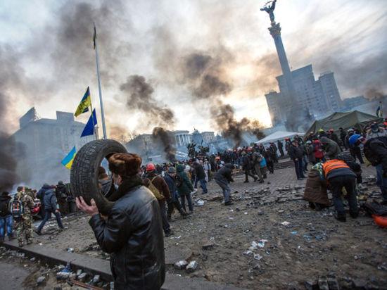 Вооруженная толпа штурмует здание районной администрации в Киеве